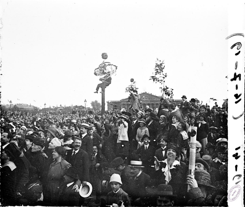 Paris, place de la Concorde, la foule applaudit Foch et Joffre, 14 juillet 1919