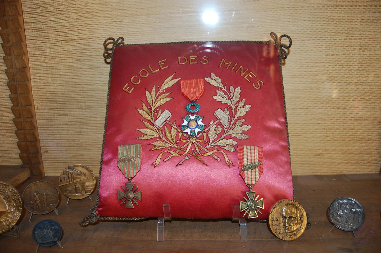 Photographie de la croix de guerre sur coussin remise en 1926 par le maréchal Foch à l'Ecole des mines de Paris.